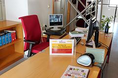 Sala de investigación. Servicio de información bibliográfica. Silla de oficina.