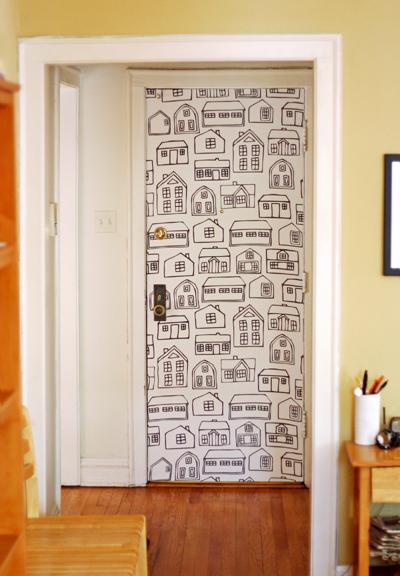 Cómo decorar las puertas con papel pintado